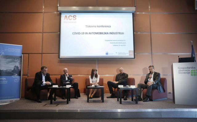 Z leve: Marko Gorjup (TPV), Radovan Bolko (Kolektor), Tanja Mohorič (ACS), Iztok Seljak (Hidria) in Matjaž Čemažar (Domel) so predstavili stanje v avtomobilski industriji in strah pred morebitnimi odpuščanji. Foto Jure Eržen