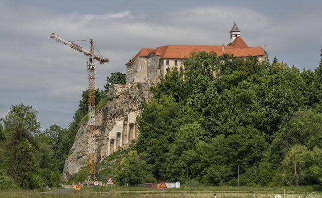 »Skalno pečino pod gradom Borl zdaj varujejo sidrane mreže in betonski slopi.« FOTO: Sandi Kelc