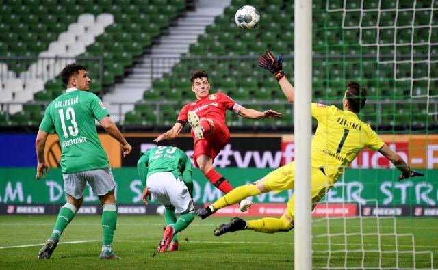 Takole je Leverkusnov napadalec Kai Havertz zabil prvega od dveh doseženih golov v prvem polčasu. FOTO: Reuters