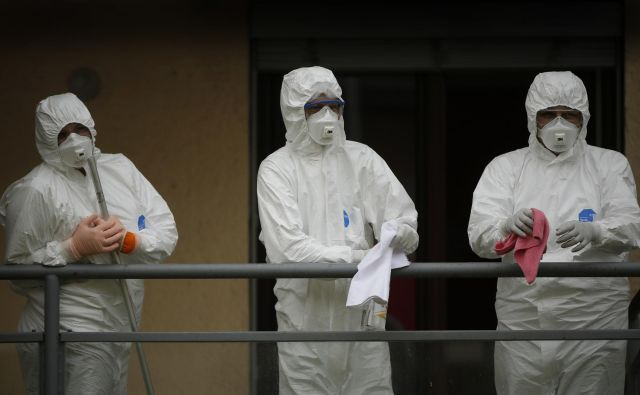 15 tisoč kirurških mask na dan so od začetka epidemije v povprečju porabili v UKC Ljubljana. Foto: Jure Eržen/Delo