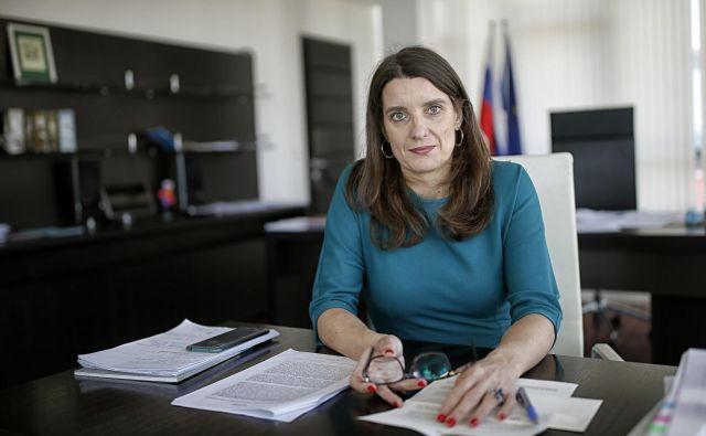 Vse mame skrbi za otroke, tudi ministrico za izobraževanje, znanost in šport Simono Kustec velikokrat pokliče njena, da ji pove, da jo skrbi, ali je zdrava. FOTO: Blaž Samec