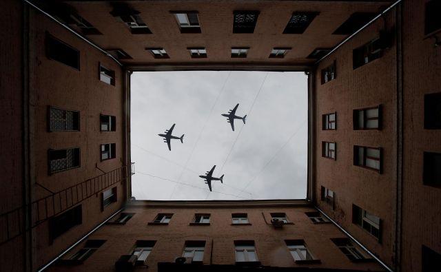 Rusija je letos konec druge svetovne vojne zaznamovala brez tradicionalne vojaške parade, zgolj s preletom letal. Foto Reuters