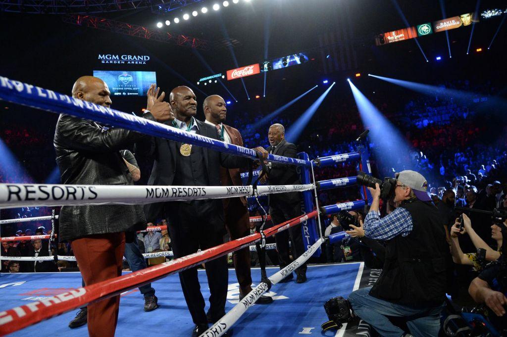 FOTO:Tyson in Holyfield bi se rada udarjala in grizla še tretjič