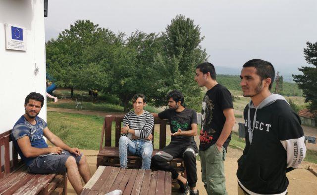 Mladi prebežniki, največ jih je v Pirotu iz Afganistana, Pakistana in Sirije, se pripravljajo na odhod v Evropo. Fotografiji Milena Zupanič