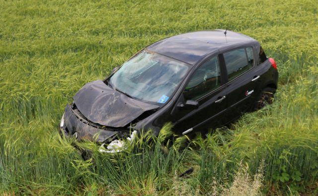 Voznik je pred mostom zapeljal na desno s ceste in na njivo. FOTO: Jože Pojbič/Delo