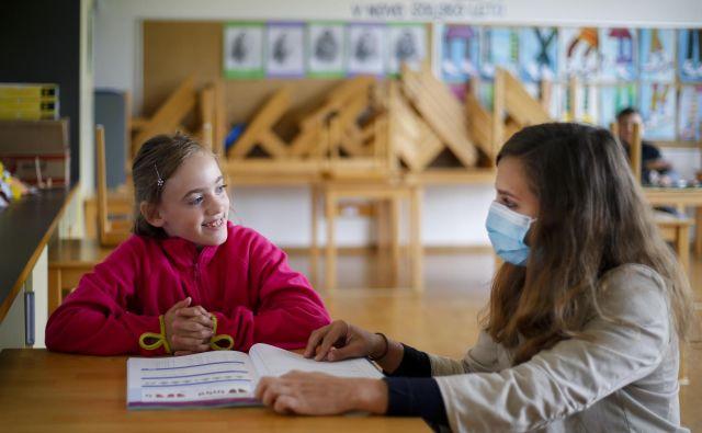 Ministrica je obljubila, da bodo poskušali najti rešitev, da v prvi triadi učiteljem ne bi bilo treba nositi mask. FOTO: Matej Družnik/Delo