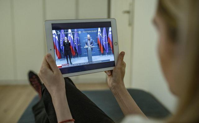 Od jutri dalje bo spet mogoča fizična prisotnost novinarjev na vladnih novinarskih konferencah. FOTO: Voranc Vogel/Delo