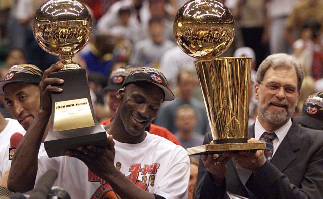 Michael Jordan in Phil Jackson leta 1998, ko je ekipa Chicago Bulls osvojila šesti naslov NBA prvakov. FOTO: Usa Today Sports