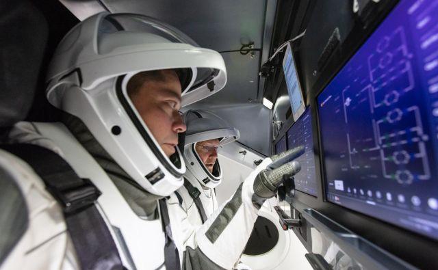 Astronavta Doug Hurley in Bob Behnken sta sodelovala pri razvoju notranjosti plovila. FOTO: Spacex