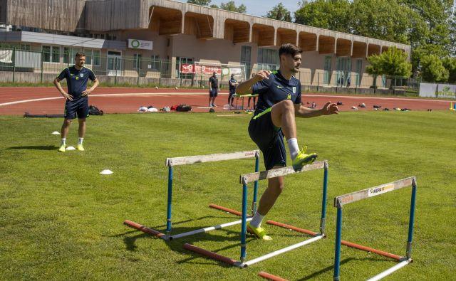 Od rekreativnih nogometašev ni pričakovati, da bodo opravili celovit trenažni proces kot vrhunski igralci. FOTO: Voranc Vogel/Delo