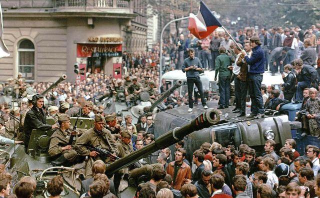 Avgusta 1968 so se sovjetski tanki odzvali na pismo Vasila Bilaka, v katerem je Moskvi poročal, da je Češkoslovaška skrenila z začrtane smeri.<br /> Foto: Reuters