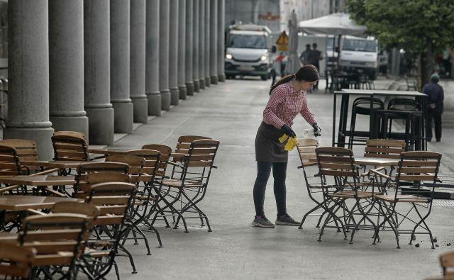 Vlada je v torek sprejela predlog tretjega protikoronskega zakona, ki predvideva podaljšanje ukrepa čakanja na delo za en mesec. FOTO: Blaž Samec/Delo