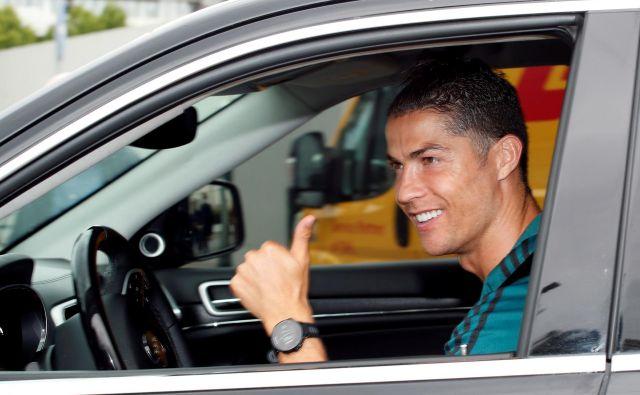Juventusov nogometaš Cristiano Ronaldo je takole pozdravil navzoče ob prihodu na trening. FOTO: Reuters