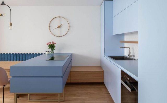 Kuhinjo v svetlo modrem odtenku so zasnovali v arhitekturnem biroju idea:list studio. Kuhinja je del bivalnega prostora z izhodom na balkonsko ložo. Foto osebni arhivi lastnikov