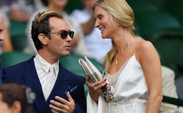 Jude z ženo na lanskem teniškem turnirju v Wimbledonu. FOTO: Reuters