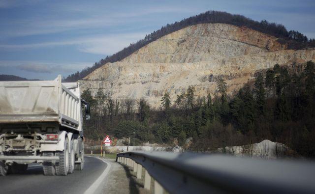 Kamnolom je po zadnji cenitvi vreden 12 milijonov evrov, zanimiv pa je predvsem zaradi bodoče gradnje tretje razvojne osi v bližini. FOTO: Leon Vidic/Delo