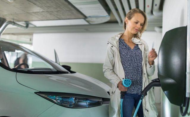 Polnjenje električnega avtomobila v večstanovanjskih zgradbah prinaša različne situacije, bolj ali manj zapletene. Foto Shutterstock