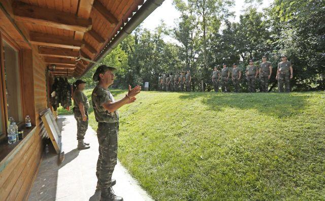 Vodja Štajerske varde in predsednik Gibanja Zedinjena Slovenija Andrej Šiško redno pripravlja urjenja v vojaški taktiki za svoje pripadnike. Policija pravi, da jih pri tem spremlja. FOTO: Leon Vidic/Delo