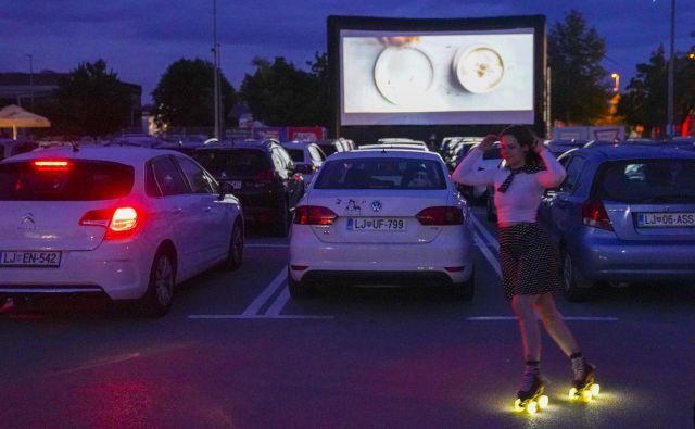 Na parkirišču Centra Vič je sinoči predstave začel predvajati Kino Bežigrad. FOTO: Jože Suhadolnik