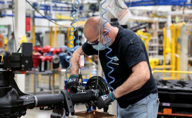Pri ponovnem zagonu proizvodnje morajo podjetja zagotoviti ustrezne zdravstvene, varnostne in higienske pogoje. FOTO: Reuters