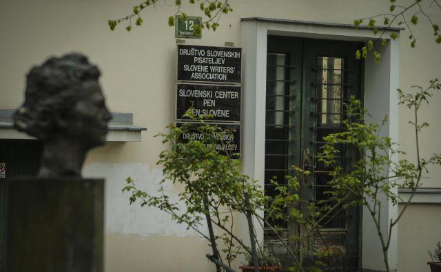 Letošnjo Desetnico je Društvo slovenskih pisateljev podelilo v svojih prostorih na Tomšičevi ulici 12 v Ljubljani, podelitev je prenašalo prek Facebooka. Foto Jože Suhadolnik