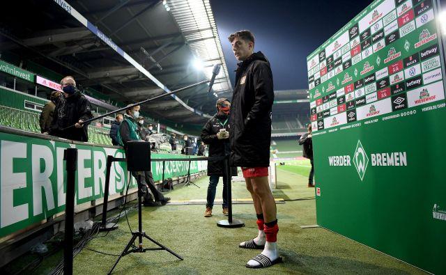 Nogometaši in novinarji morajo biti vsaj meter in pol narazen. FOTO: Reuters