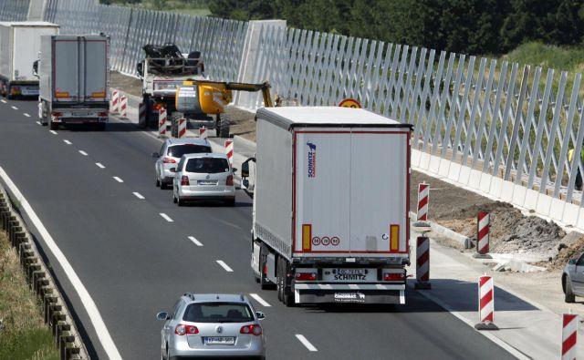 Protihrupne ograje na avtocestnem odseku Brezovica–Vrhnika so postavljali leta 2015. Na tem delu bi odstavni pas spremenili v tretji vozni pas. FOTO: Mavric Pivk/Delo