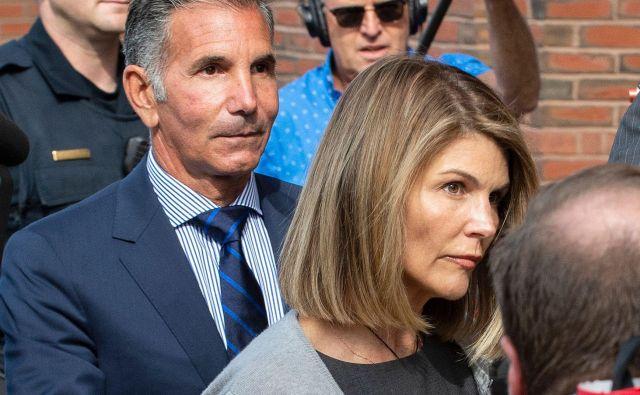Lori Loughlin in Mossimo Giannullinaj bi po poročanju <em>BBC</em> krivdo uradno priznala jutri. Igralka si bo s tem kazen omejila na dva meseca zapora, 150.000 dolarjev kazni in sto ur družbenokoristnega dela. Moževa kazen bo višja, odsedel bo pet mesecev za rešetkami, plačal 250.000 dolarjev kazni in opravil 250 urdružbenokoristnega dela. FOTO:Joseph Prezioso/AFP