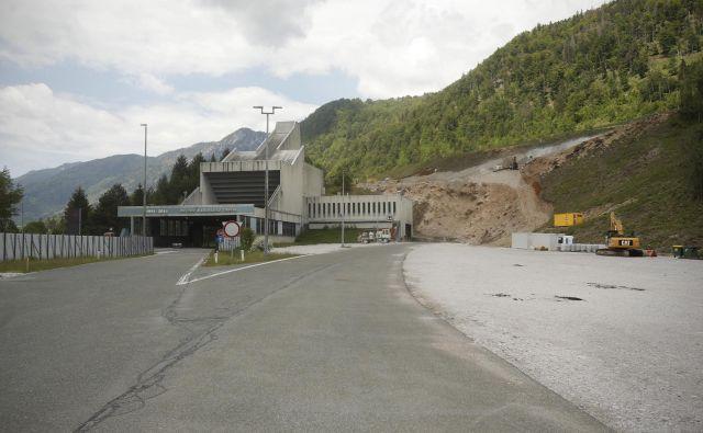 Plato, kjer bi turški delavci že morali kopati drugo cev karavanšnega predora, sameva. Foto Jure Eržen