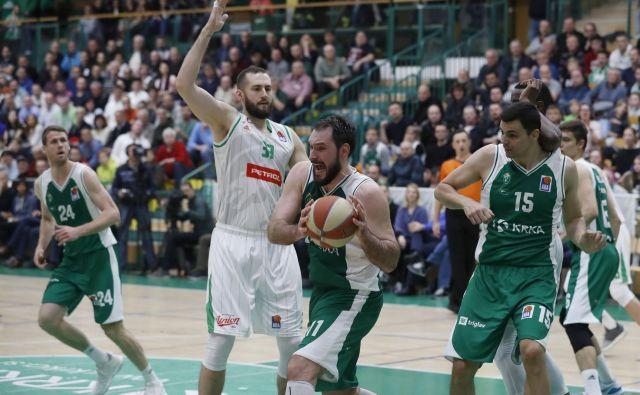 Košarkarski derbiji med Olimpijo in Krko že dobri dve desetletji privabljajo posebno pozornost. FOTO: Leon Vidic/Delo