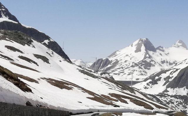 Pogled iz najvišjega švicarskega cestnega prelaza Nufenen proti zgodovinskem prelazu Gries FOTO: Karel Lipnik