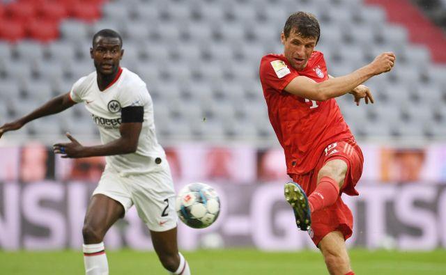 Izkušeni in od nekaterih že odpisani Thomas Müller (desno) je bil med junaki Bayernove zmage nad Frankfurtom. FOTO: Reuters
