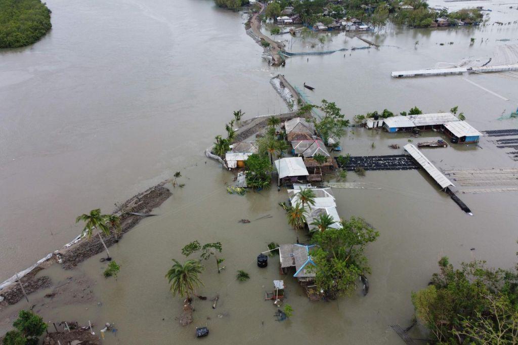 FOTO:Indijo in Bangladeš prizadel najhujši ciklon v zadnjih desetletjih