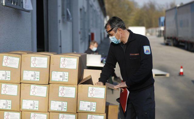 Prevzemanje zaščitne opremev državnem logističnem centru v Rojah. FOTO: Leon Vidic/Delo