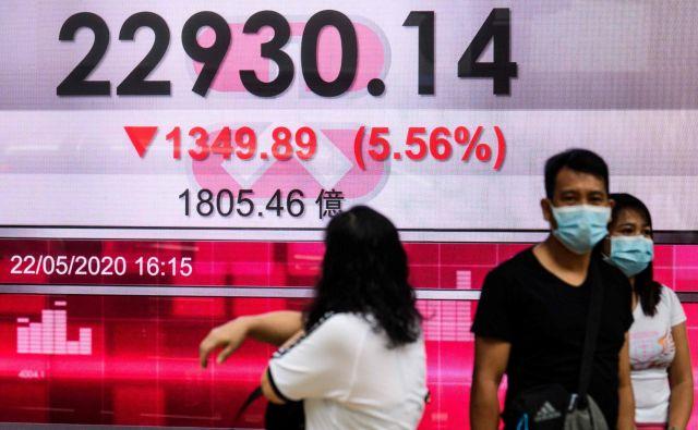 Na predlog spornega zakona se je prva odzvala borza v Hongkongu, na kateri so se takoj znižale vrednosti delnic. FOTO: AFP