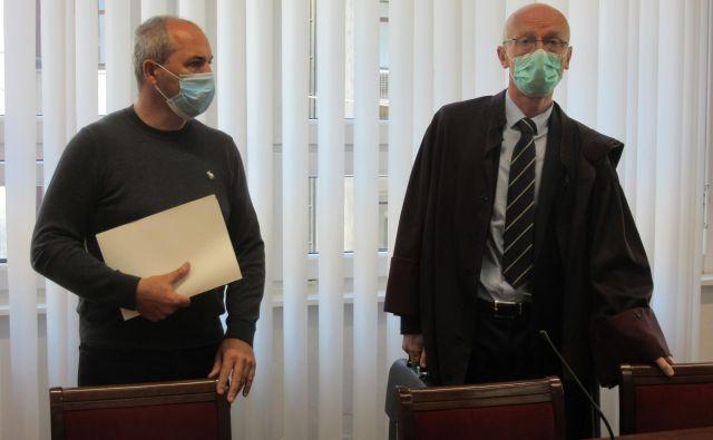 Aleksander Jančar (levo) in njegov odvetnik Stojan Zdolšek na današnjem predobravnavnem naroku. FOTO: Špela Kuralt/Delo