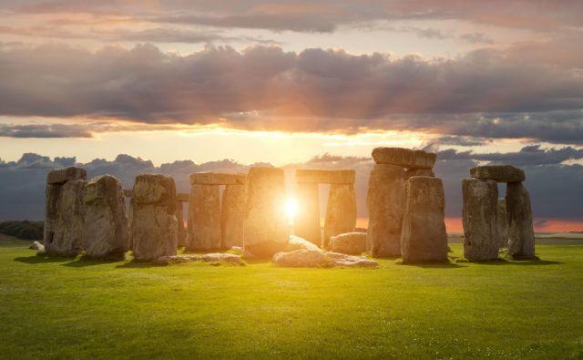 Ob Stonehengu se vsako leto zbere več tisoč ljudi, ki pozdravijo prihod najdaljšega dne v letu. Letos pa si bo sončni vzhod 21. junija mogoče ogledati kar v živo prek spleta. Foto Shutterstock