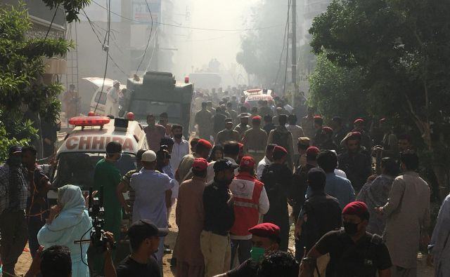 Reševalna operacija poteka. FOTO: Akhtar Sumro/Reuters