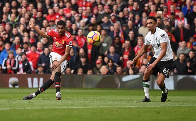 Tako sta se še 10. marca v velikem derbiju pomerila Manchester United in Liverpool, nato pa je udaril koronavirus ... FOTO AFP