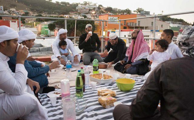 Muslimani med ramazanom niso prikrajšani za kulinarične užitke. FOTO: AFP