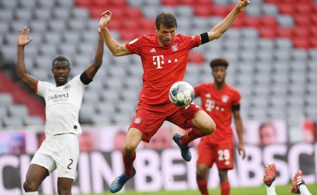 Bayern je v trening ritmu opravil z gosti iz Frankfurta: ko je bil za trenutek v težavah, je stisnil na plin, takoj zabil dva gola in znova ušel dortmundski Borussii na lestvici. Thomas Müller je dosegel drugi gol za Bavarce. FOTO: AFP