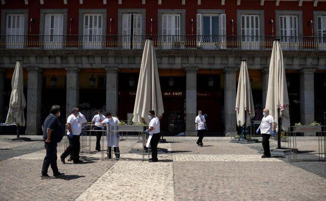 Bari na madridskem trgu Plaza Mayor bodo lahko jutri po več kot dveh mesecih spet sprejele prve goste. Foto: Afp