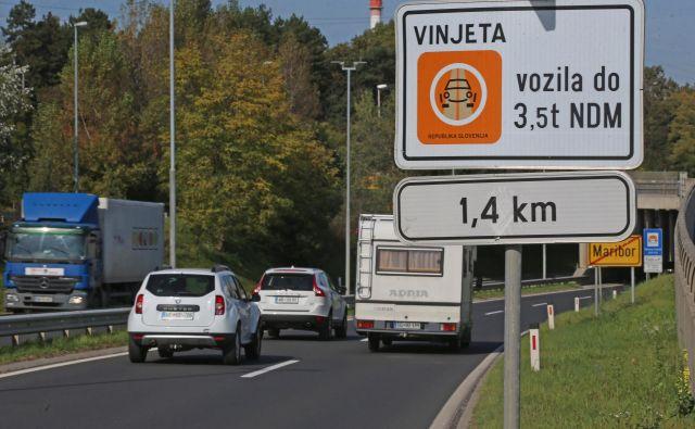 Avtocestne vinjete naj bi tudi tokrat po avstrijskem zgledu vezali na registrske tablice. FOTO: Tadej Regent/Delo