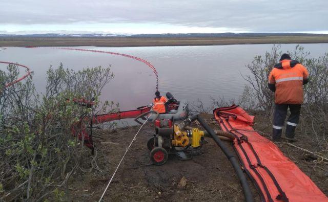 Reševalci poskušajo zajeziti nafto, ki se je izlila iz termoelektrarne blizu mesta Norilsk. Foto: Reuters