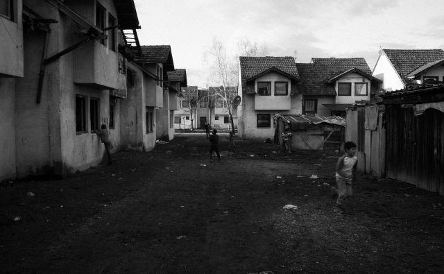 Otroci se igrajo v begunskem taborišču Karaula pri mestecu Živinice. Januar 2020. Foto Jošt Franko