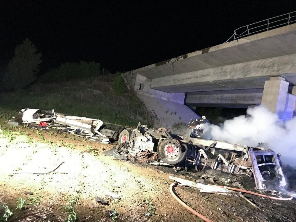 FOTO:Voznik tovornega vozila z viadukta v smrt