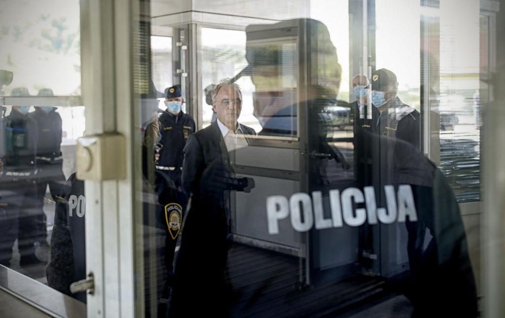 FOTO:Množični vpogledi v podatke politikov