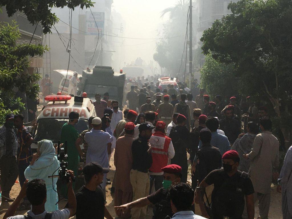 V Pakistanu potniško letalo strmoglavilo na naselje