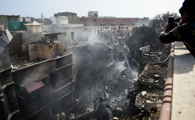 Letalo je strmoglavilo v stanovanjsko soseko v mestu Karači. FOTO: Rizwan Tabassum/AFP