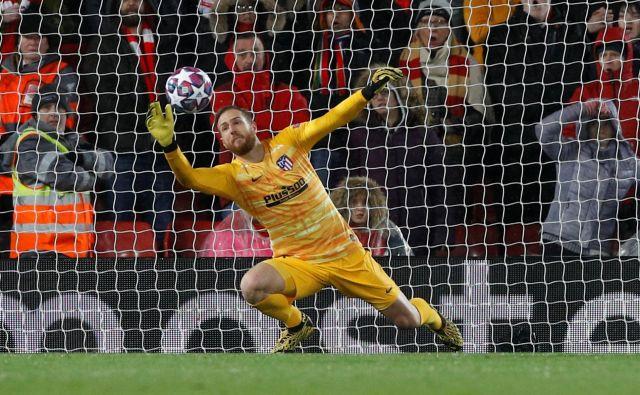 Po marčevskih čarovnijah na Anfieldu je bil Jan Oblak v očeh številnih strokovnjakov najboljši vratar na svetu, toda v španskem prvenstvu kaže, da bo izgubil bitko za najboljšega vratarja sezone. FOTO: Reuters